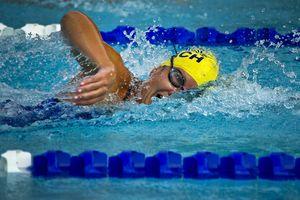 Ein Schwimmer auf der Wasserbahn