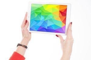 Tablet in der Hand mit bunten Farben
