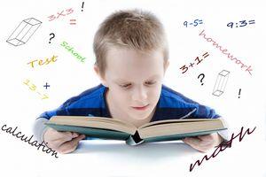 Kind mit Buch beim Lernen