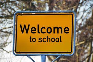 Straßenschild: Welcome to school