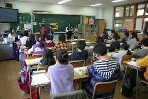 Ein Klassenraum von hinten