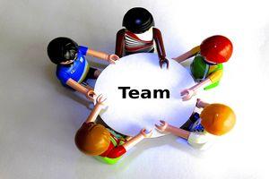 Grafik - Menschen am Tisch/Team